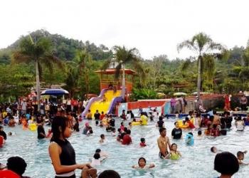 Pengunjung menikmati sensasi serunya bermain air di Dreamland Park.