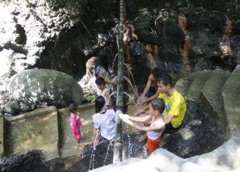 Sejumlah pengunjung menikmati sensasi mandi air panas di Desa Gumelem Wetan, Kecamatan Susukan, Banjarnegara, Jawa Tengah.
