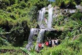 Pengunjung berfoto di area Curug Silintang Purbalingga yang menawarkan panorama alam asri.