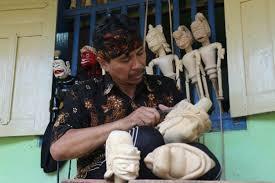 Bambang Hadi Siswoyo (50) tengah menyelesaikan pembuatan wayang golek gagrak tjlatjapan di samping rumahnya di Wanareja, Cilacap.