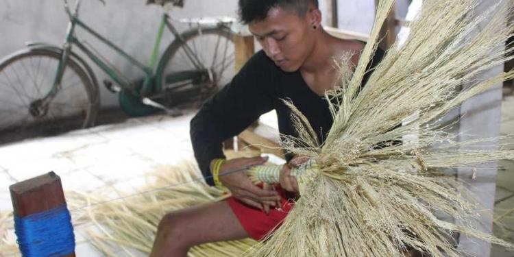 Perajin sapu sorgum di Dusun Genting, Desa Karanggambas, Kecamatan Padamara, Purbalingga.