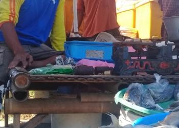 MENUNGGU PEMBELI: Seorang penjual ikan air tawar di Pasar Desa Karangpucung, Kecamatan Karangpucung, Kabupaten Cilacap menunggu pembeli, baru-baru ini. (52) (SM/Teguh Hidayat Akbar)