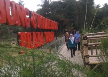 KUNJUNGI EMBUNG: Warga Karanglewas mengunjungi lokasi wisata Embung dan Kolam Pancing Prabawulan, Desa Karangkemiri, Kecamatan Karanglewas yang sedang dibangun kemarin.(SM/Susanto-)
