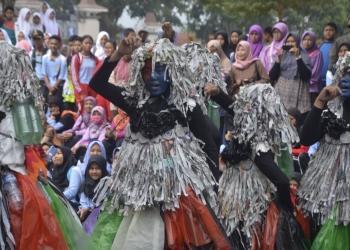 MENCURI PERHATIAN: Penampilan grup putri SMKN 1 Bawang dengan dandanan ala Papua mampu mencuri perhatian penonton pada lomba Gerak Jalan Gayeng yang digelar KNPI Banjarnegara. (SM/Castro Suwito)