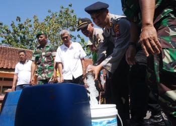 DISTRIBUSIKAN AIR : Polres Banyumas mendistribusikan air bersih ke Desa Kediri, Karanglewas beberapa waktu lalu. (SM/Puji Purwanto)