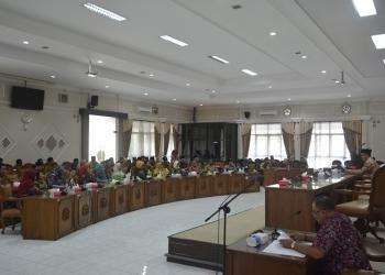 RAPAT DEWAN : Anggota DPRD Banyumas melaksanakan rapat. (SM/Agus Wahyudi)