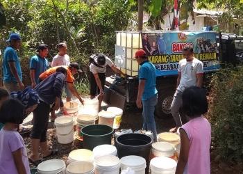 BANTU AIR BERSIH : Karang Taruna Bina Remaja Desa Timbang, Kecamatan Kejobong membantu air bersih untuk warga di desanya yang mengalami kekeringan, Minggu (1/9). (37) (SM/Ryan Rachman)