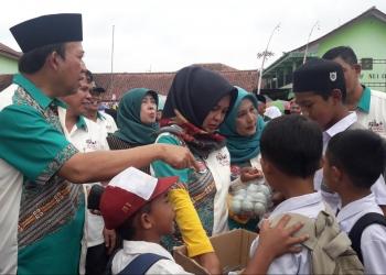 TELOR ASIN: Siswa MI Maarif NU  1 Karangkemiri menawarkan telor asin kepada Bupati Banyumas, Achmad Husein saat gebyar inklusi di Cilongok pekan lalu (SM/dok-20)