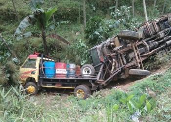 TRUK TERGULING : Truk derek dan dump truk yang diderek terguling dan masuk kebun di Jalan Raya Karangreja tepatnya di wikayah Dusun Siaren, Desa/Kecamatan Karangreja, Selasa (3/9) malam. (60) (SM/Ryan Rachman)