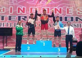 RAIH MEDALI: Lifter Henok Aldi Saputra meraih medali emas kelas 89 kg di Kejuaraan Internasional di Semarang, Rabu (4/9). (SM/dok-20).