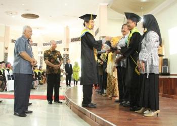 WISUDA POLITEKNIK: Direktur Politeknik Banjarnegara Dr Tuswadi memberikan selamat kepada lulusan terbaik saat upacara wisuda Politeknik Banjarnegara di Balai Budaya Banjarnegara, Rabu (4/9). (60) (SM/Castro Suwito)
