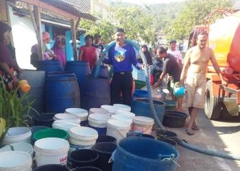 TERIMA BANTUAN AIR: Warga Desa Padangjaya Kecamatan Majenang, Kabupaten Cilacap menerima bantuan air, baru-baru ini. (60) (SM/dok)