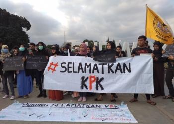 SELAMATKAN KPK: Massa dari Aliansi Mahasiswa Banyumas membentangkan spanduk bertuliskan tagar Selamatkan KPK, saat menggelar aksi di Kompleks Alun-Alun Purwokerto, Sabtu (7/9). (20) (SM/Dhika Wicaksana)