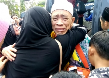 TANGIS HARU : Seorang jamaah haji menangis terharu disambut keluaga saat tiba di halaman Pendapa Dipokusumo Purbalingga, Minggu (8/9). (20) (SM/Ryan Rachman)