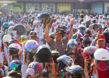 PAKAI HELM: Para siswa MI Istiqomah Sambas serentak mengenakan helm SNI dalam rangka Operasi Patuh Candi 2019, Satlantas Polres Purbalingga, Sabtu (7/9). (37) (SM/Ryan Rachman)
