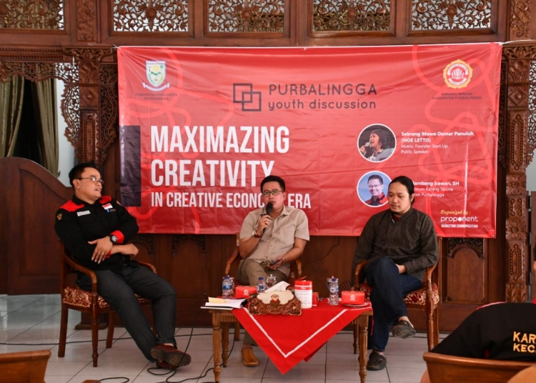 "DISKUSI KEPEMUDAAN : Vokalis band Letto, Neo dan Ketum KT Kabupaten Purbalingga, BI menjadi pembicara dalam Purbalingga Youth Discussion dengan tema ""Maximazing Creativity in Era Creative  Economy Media"" di Pendapa Cahyana, Sabtu (7/9). (37) (SM/Ryan Rachman)"