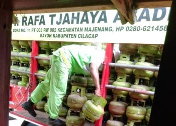 MENDISTRIBUSIKAN ELPIJI : Seorang petugas mendistribusikan elpiji 3 kilogram di wilayah Kabupaten Cilacap, baru-baru ini. (37) (SM/dok)