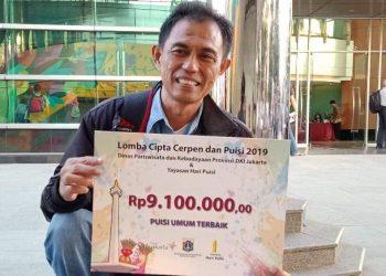 Eddy Pranata PNP saat menerima hadiah lomba menulis puisi yang digelar Dinas Pariwisata DKI Jakarta beberapa bulan lalu.