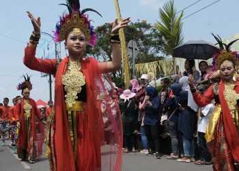 ATRAKSI PESERTA: Peserta menampilkan atraksi saat kirab grebeg Suran di Lokawisata Baturaden, Banyumas, Minggu (22/9).(SM/Dian Aprilianingrum)