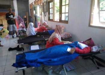 DONOR DARAH: Sejumlah masyarakat mengikuti aksi sosial donor darah pada peringatan HUT ke-74 PMI yang digelar di Alun-alun Banjarnegara.