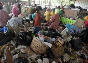 PILAH SAMPAH: Karyawan hanggar TPST Gunung Tugel, Desa Kedungrandu, Patikraja,  memilah sampah, beberapa waktu lalu. (SM/Dian A)
