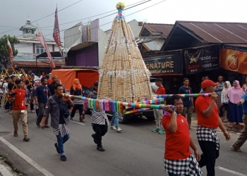 BENTANG ONDOL: Gunungan yang terbuat dari butiran ondol diusung warga saat prosesi Bentang Ondol 1000 meter menjadi acara penutup rangkaian Kuduran Budaya ke-11 Desa Wanayasa, Kecamatan Wanayasa, Minggu (30/9) (37) (SM/Castro Suwito)