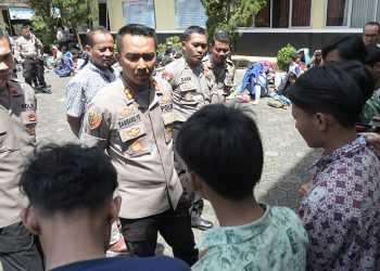 MINTA KETERANGAN: Kapolres Banyumas AKBP Bambang Yudhantara Salamun meminta keterangan pada perwakilan pelajar dari Bogor yang diamankan akibat mengganggu lalu lintas di Buntu, di Mapolres Banyumas, Kamis (12/9). (37) (SM/Dian Aprilianingrum)