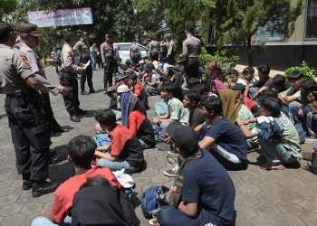 DATA IDENTITAS: Petugas Polres Banyumas mendata identitas puluhan pelajar dari Bogor yang diamankan akibat mengganggu lalu lintas di Buntu, di Mapolres Banyumas, Kamis (12/9). (37) (SM/Dian Aprilianingrum)
