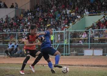 BEREBUT BOLA: Pemain Persibas Danang Aryanto (biru) berebut bola saat pertandingan Liga 3 Jateng di Stadion Satria Purwokerto, Minggu (22/09) (SM/Dian Aprilianingrum)