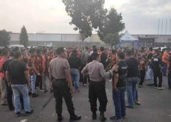AMANKAN AKSI : Petugas keamanan mengamankan aksi ormas PP di Stadion Goentoer Darjono Purbalingga, Sabtu (14/9) sore yang akan bergerak ke markas ormas GMBI. (37) (SM/Ryan Rachman)