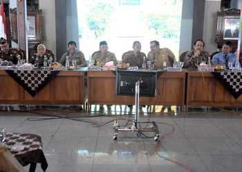 CEGAH KORUPSI: Kepala Satgas Pencegahan KPK, Korwil 5 , Kunto Ariawan memberi materi pencegahan tindak pidana korupsi di ruang paripurna DPRD Banyumas, Senin (23/9). (SM/Dian A)