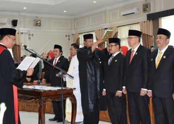 UCAP SUMPAH: Pimpinan DPRD Banyumas mengucapkan sumpah janji jabatan periode 2019-2024, di gedung DPRD, Selasa (24/9). (SM/Dian A)