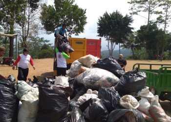 WORLD CLEAN UP DAY: Puluhan kantong berisi sampah berhasil dikumpulkan pada kegiatan World Clean Up Day (WCD) 2019  di sekitar Lapangan Ponjen Desa Pagedongan Kecamatan Pagedongan. (37) (SM/Castro Suwito)