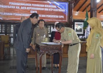 TANDA TANGAN: Perwakilan pemerintahan desa dan kelurahan menandatangani nota kerja sama layanan administrasi kependudukan dengan Disdukcapil Banjarnegara, Selasa (10/9). (SM/Castro S-60)