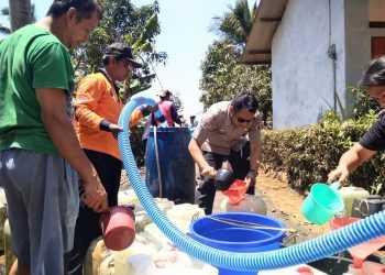 SALURKAN BANTUAN: Petugas BPBD Cilacap menyalurkan bantuan air bersih untuk warga, baru-baru ini. (SM/dok)