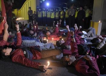 AKSI SOLIDARITAS: Sejumlah anggota IMM Banyumas gelar aksi solidaritas merespon tertetembaknya Randi, mahasiswa Universitas Halu Oleo Kendari, di depan Mapolres Banyumas, Jawa Tengah, Kamis (26/9).(SM/Dian Aprilia-64)