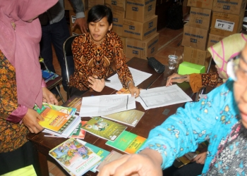 PENGECEKAN: Sejumlah guru melakukan pengecekan bantuan buku perpustakaan dari DAK, baru-baru ini.   .(SM/Budi S-20)
