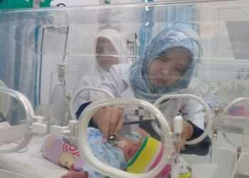 BAYI KEMBAR TIGA: Perawat RSUD Majenang,Cilacap, merawat bayi kembar tiga Minggu (15/9). (SM Teguh H-37)