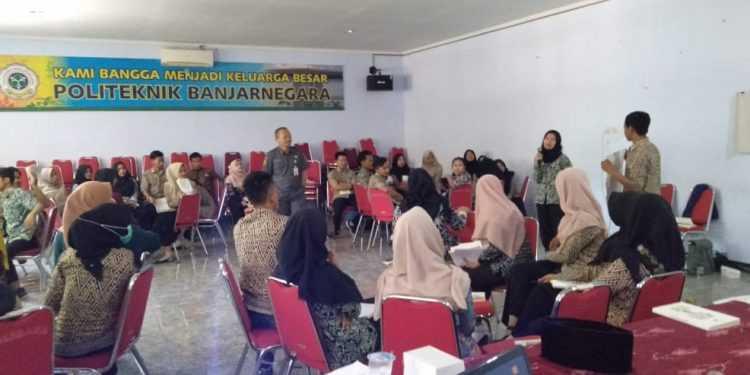 BIMBINGAN PRANIKAH: Mahasiswa sedang berdiskusi dalam bimbingan pranikah yang diselenggarakan Kantor Kemenag Banjarnegara di kampus Politeknik Banjarnegara. (60) (SM/dok)