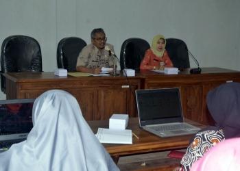 BERI ARAHAN: Sekretaris Dinkominfo Banjarnegara Setya Adhi Prabayuwana beri arahan peserta kegiatan input data Banjarnegara dalam Angka di Aula Setda Banjarnegara.(SM/Castro S-60)