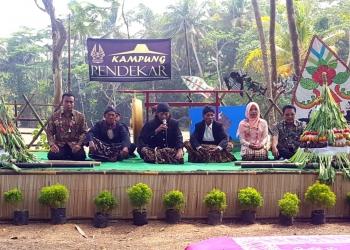 GELAR PAWAI: Warga gelar pawai saat peresmian Kampung Pendekar di Desa Sidaurip Kecamatan Binangun, baru-baru ini. (SM/dok -60)