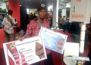 JUARA: Staf BPBD Banjarnegara, Sudarsono tunjukkan piagam Pemenang Utama dan Favorit Krenova Jateng 2019. (SM/dok