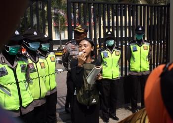 UNJUK RASA: Massa Dian Sastro Lover Untuk Indonesia (#DisasterForIndonesia) menggelar aksi unjuk rasa di Mapolres Banyumas, Sabtu (28/9). (SM/Nugroho PS-37)