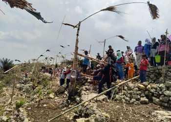 FESTIVAL KITIRAN: Warga Karangbawang, Ajibarang mengikuti Festival Kitiran, di Bukit Cilanglung, Desa Karangbawang, Ajibarang Senin (16/9) siang.