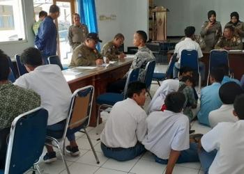 DIKUMPULKAN : Para siswa yang membolos dan terjaring penertiban yang dilakukan Satpol PP Cilacap dikumpulkan, diminta membuat surat pernyataan dan diberi pembinaan. (20) (SM/dok)