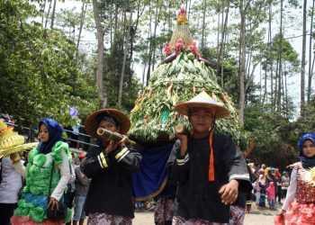 GUNUNGAN: Warga menggotong gunungan hasil bumi pada Grebeg Suran Festival Baturaden,Minggu (22/9). (SM/Nugroho PS-37)