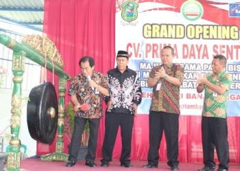 PERESMIAN: Bupati Budhi Sarwono memukul gong sebagai tanda peresmian beroperasinya CV Prima Daya Sentosa yang memproduksi kayu lapis.