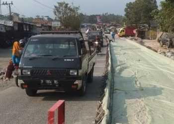 MELINTAS: Angkutan barang tetap melintas di jalan lingkar Ajibarang yang saat ini sedang dibangun. (SB/Susanto-20)