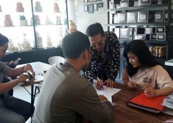 Tim Tipikor Bareskrim Mabes Polri dan LBH SAI serahkan surat panggilan kepada penyewa di Ruko Kebondalem  Purwokerto, Kamis (19/9). (SM/Agus W-37)