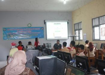 WORKSHOP E-COMMERCE:Sejumlah peserta didik Program Kejar Paket C Sanggar Kegiatan Belajar (SKB) Purwokerto mengikuti acara workshop e-commerce di era reformasi digital, baru-baru ini.(SM/Budi Setyawan)